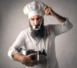 Ein koch hält einen löffel und probiert. Gerichte werden von der Mach dich krass diät nachgekocht