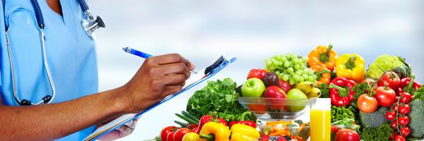 zu sehen ist gemüse und vegane kost, ein mann checkt die lebensmittel